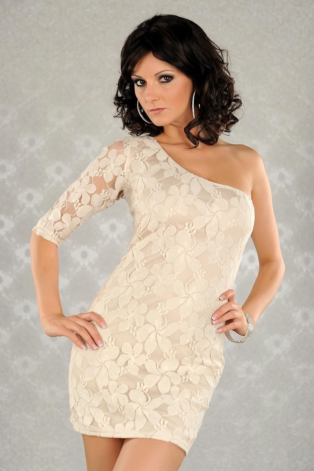 56bf35c426  MB29  Beżowa sukienka koronkowa na jedno ramię