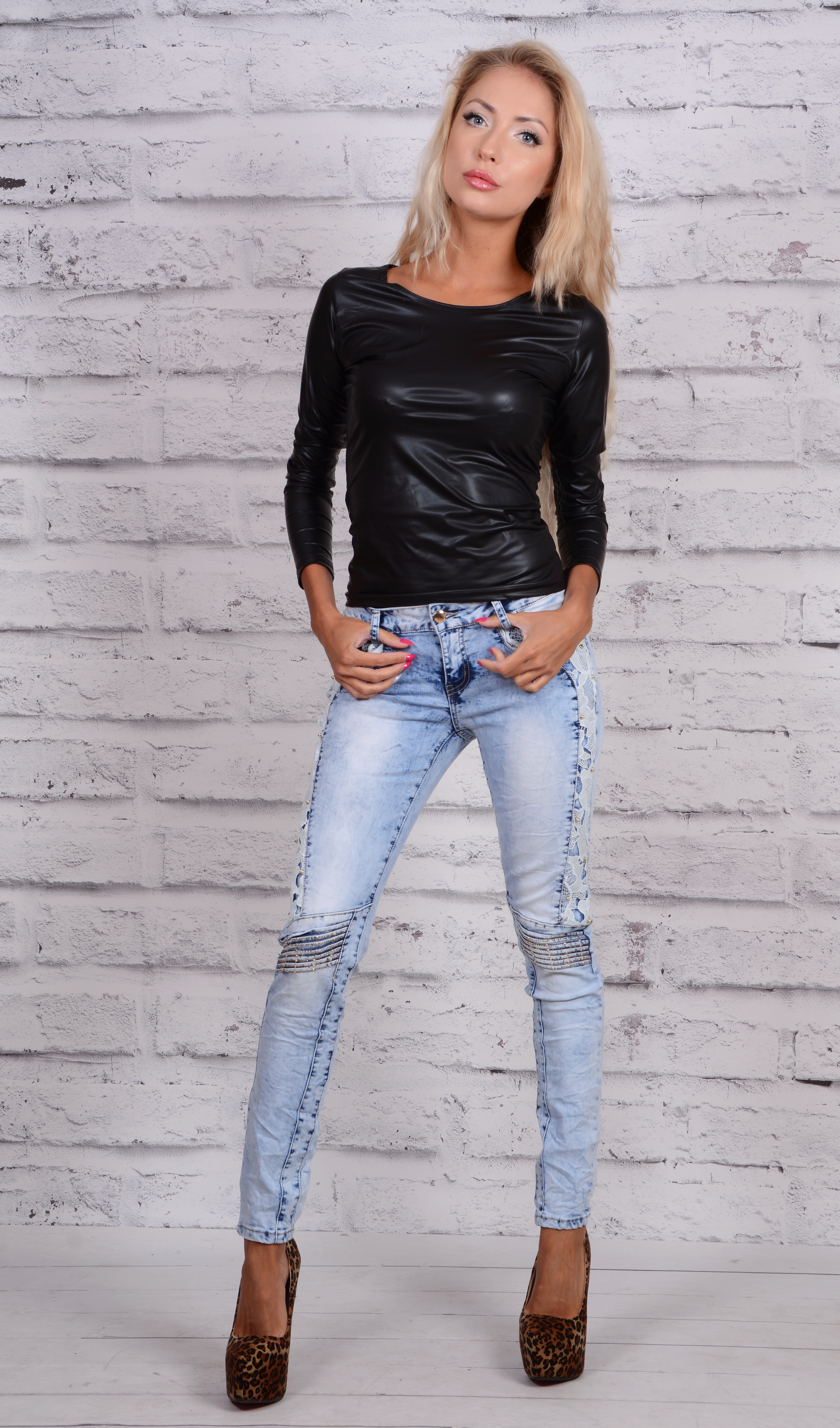 jasne jeansy czarna bluza